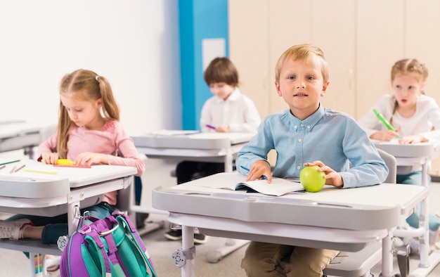 クラスで注意を払っている正面の子供 無料写真