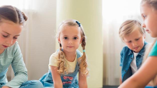 Вид спереди дети играют вместе в детском саду Бесплатные Фотографии