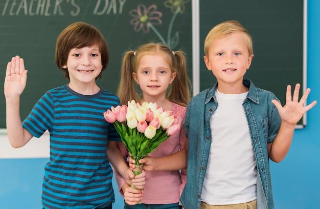 Дети вид спереди позирует вместе Premium Фотографии