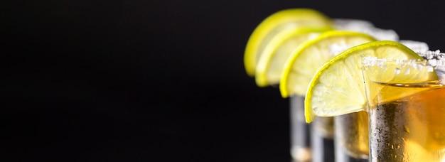Linea di vista frontale di colpi di tequila d'oro con copia-spazio Foto Gratuite