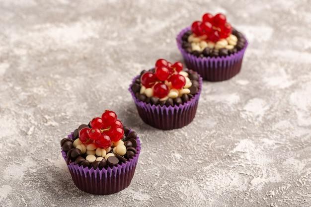 クリームとチョコレートチップのチョコレートブラウニーが並ぶ正面図 無料写真