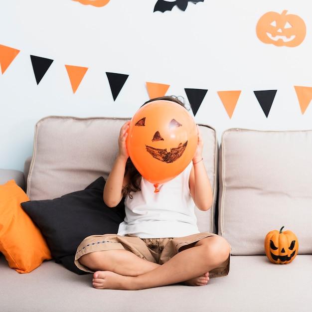Маленькая девочка с воздушным шаром на хэллоуин Бесплатные Фотографии