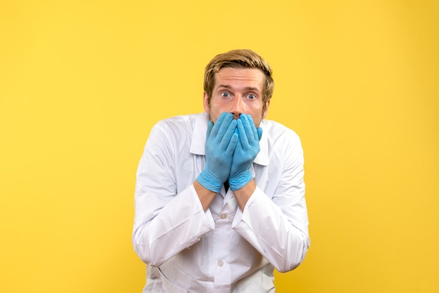 노란색 배경 인간 Covid- 병원 의료진에 충격 된 전면보기 남성 의사 무료 사진