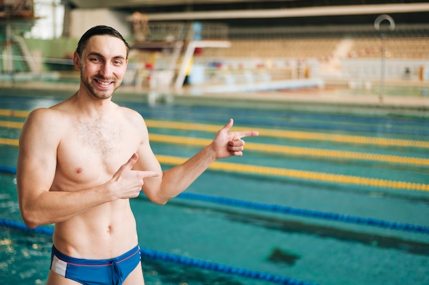 Front view male swimmer pointing at basin Free Photo