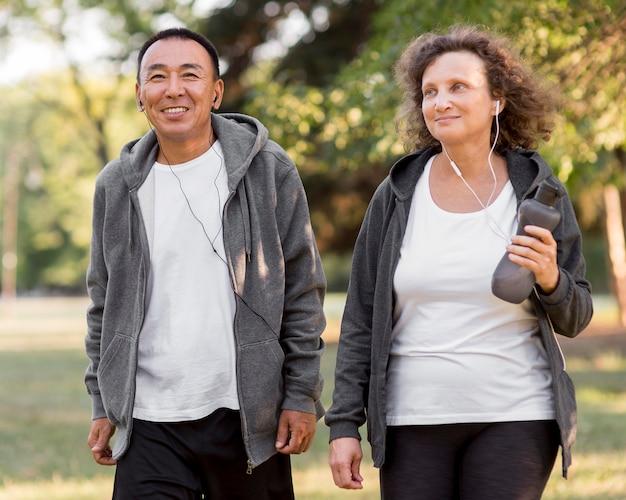 Мужчина и женщина вид спереди с наушниками Бесплатные Фотографии