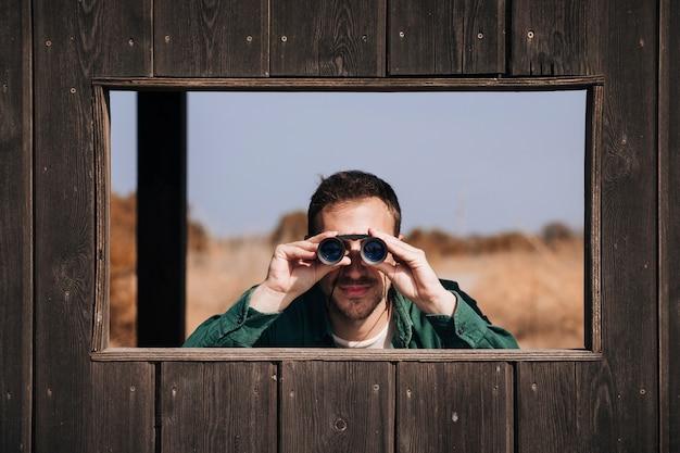 Вид спереди человек наблюдает за птицами Бесплатные Фотографии