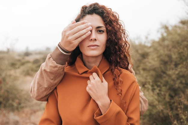 Front view man covering woman eye Free Photo