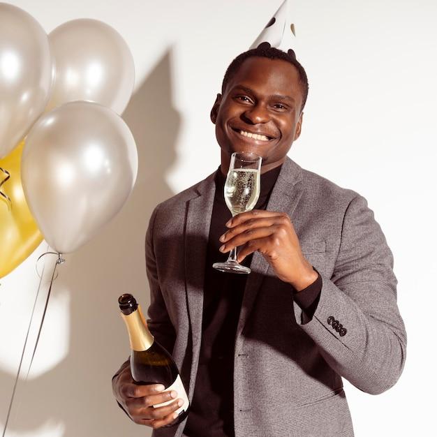 Вид спереди мужчина, наслаждаясь бокалом шампанского Бесплатные Фотографии