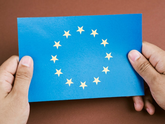 Front view man holding a card with the european union flag Premium Photo