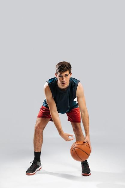 Вид спереди человек играет в баскетбол в одиночку Бесплатные Фотографии