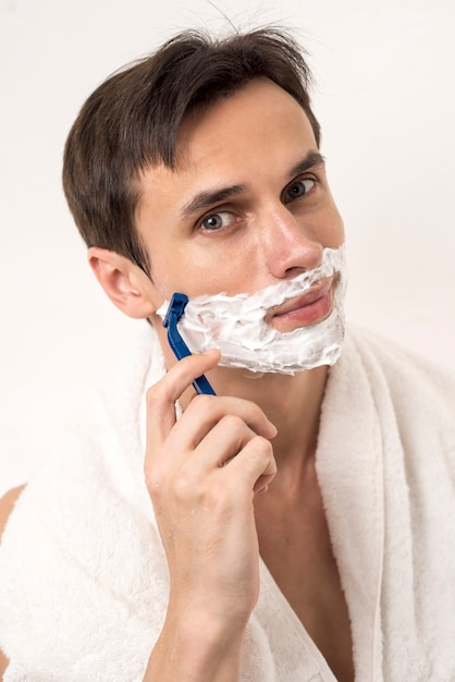 Front view man shaving beard Free Photo