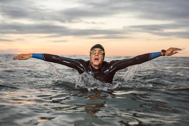 正面図の男水泳ミディアムショット Premium写真