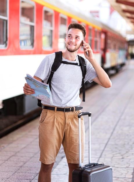 Вид спереди человек разговаривает по телефону Бесплатные Фотографии