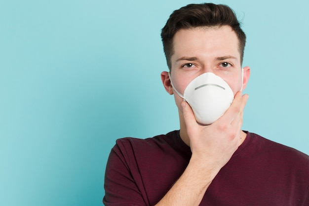 Front view of man wearing a medical mask to prevent coronavirus Free Photo