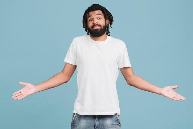 Вид спереди человек с белой футболкой Premium Фотографии