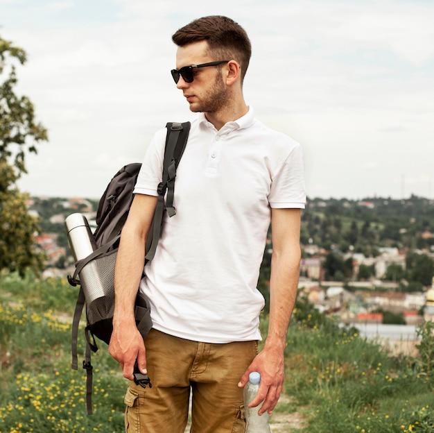 Вид спереди человек с рюкзаком Бесплатные Фотографии