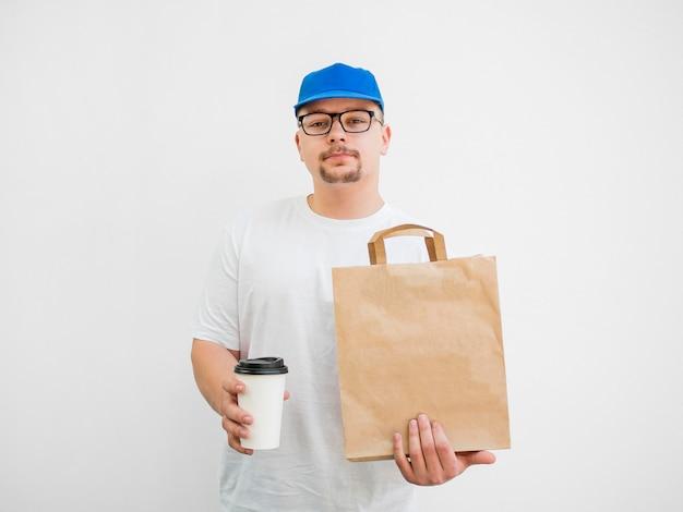Vista frontale uomo con borsa e tazza di caffè Foto Gratuite