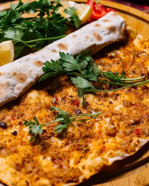 Вид спереди мясо лахмаджуна с петрушкой и ломтиком лимона Бесплатные Фотографии