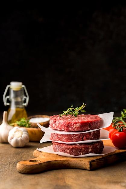 Vista frontale di carne con spazio di copia Foto Gratuite