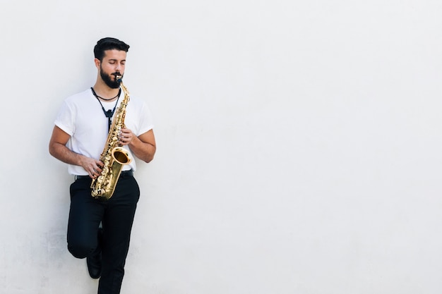 Front view medium shot musician playing the sax Free Photo