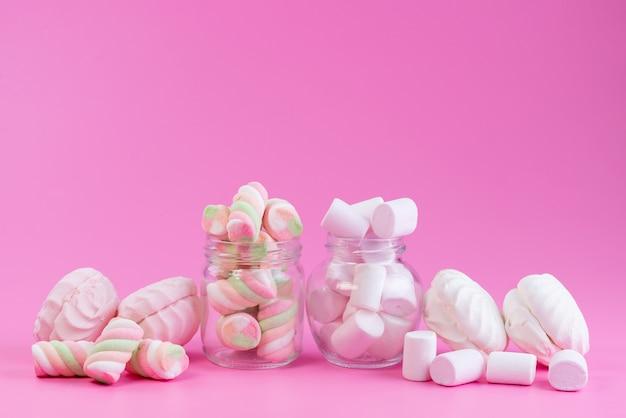 Una vista frontale meringhe e marshmallow dolci e appiccicosi tutti su una torta di biscotti dolci color rosa Foto Gratuite