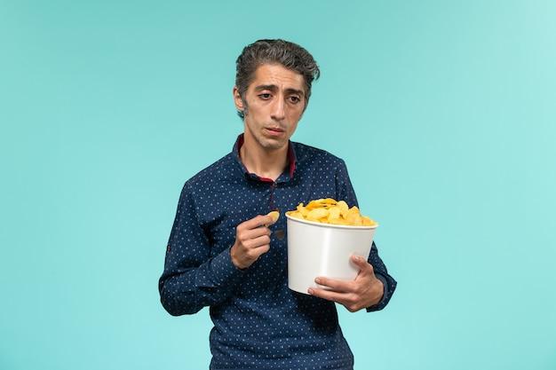 正面図中年男性の食事のcipsと青い表面に強調 無料写真