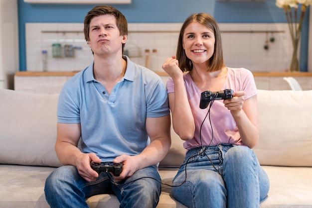 Мама и папа, вид спереди, играют в видеоигры Бесплатные Фотографии