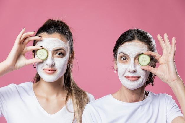 Вид спереди мама и дочка с маской Бесплатные Фотографии