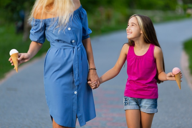 Front view of mom and daughter with ice cream Free Photo