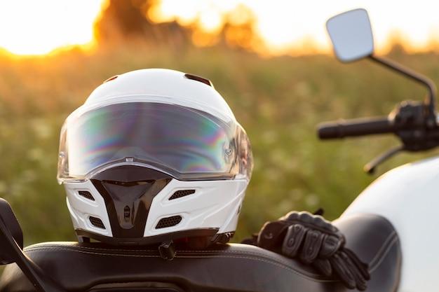 Vista frontale del casco del motociclo che si siede sulla bici Foto Gratuite