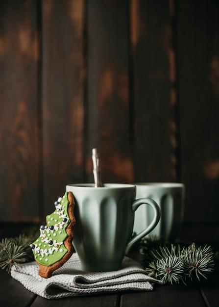 Кружка с елочным печеньем, вид спереди Premium Фотографии