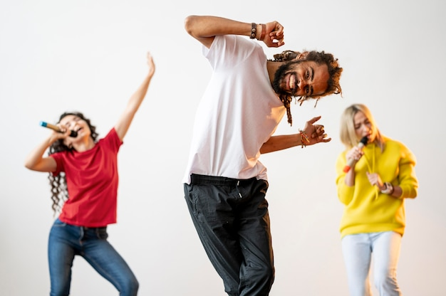 Вид спереди многорасовых людей, поющих и танцующих вместе Бесплатные Фотографии