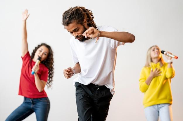 Вид спереди многорасовых людей, поющих и танцующих Бесплатные Фотографии