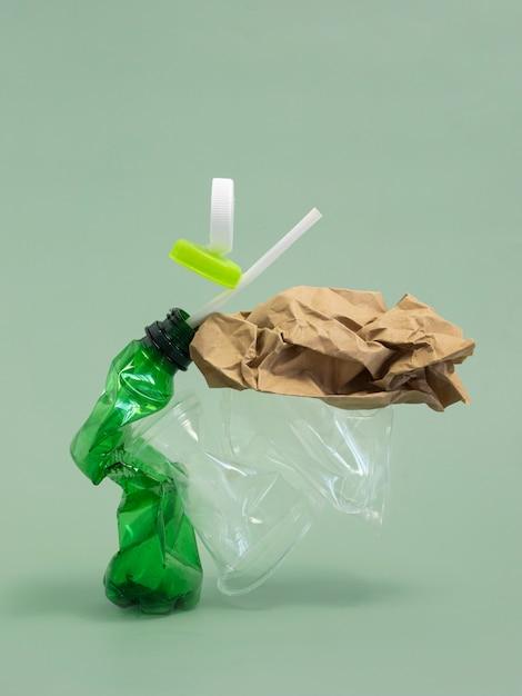 Assortimento di elementi in plastica non ecologici vista frontale Foto Gratuite