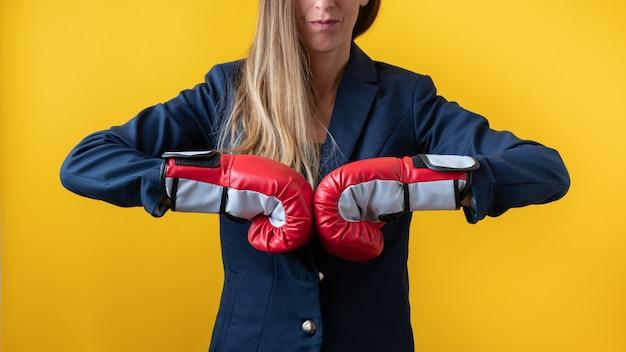 拳をぶつけて赤いボクシンググローブを着用した実業家の正面図 Premium写真
