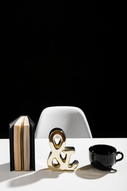 Вид спереди повестки дня и кофе Бесплатные Фотографии
