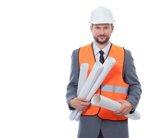 흰색 안전 모자와 많은 종이 드로잉 계획을 들고 오렌지 조끼를 입고 건축가의 전면 모습. 무료 사진