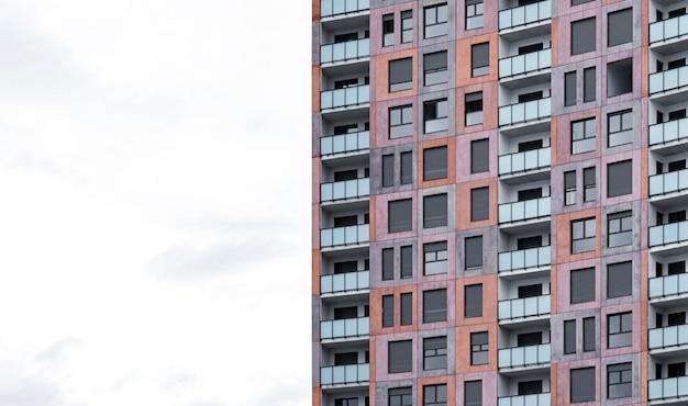 복사 공간이있는 도시의 건축 아파트 건물의 전면보기 프리미엄 사진
