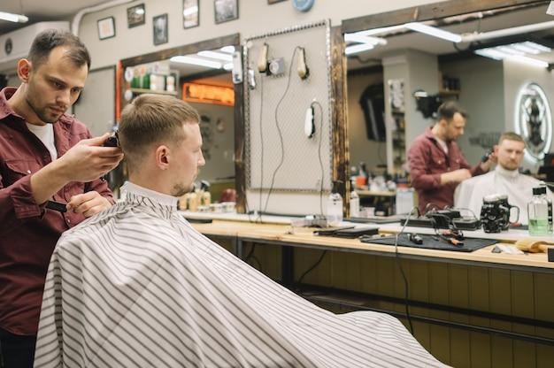 Вид спереди парикмахерской концепции Premium Фотографии