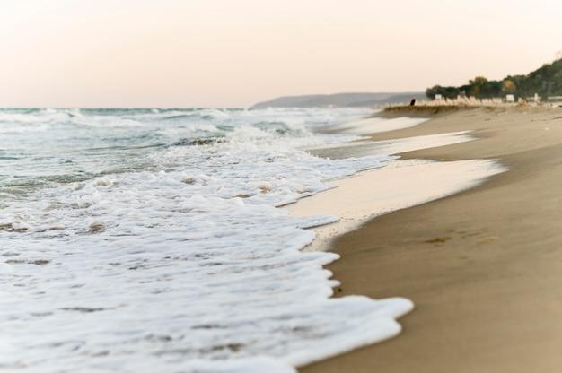 美しいビーチの景色の正面図 無料写真