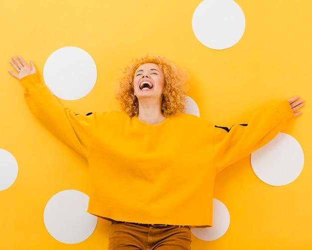 Вид спереди красивой белокурой женщины Бесплатные Фотографии