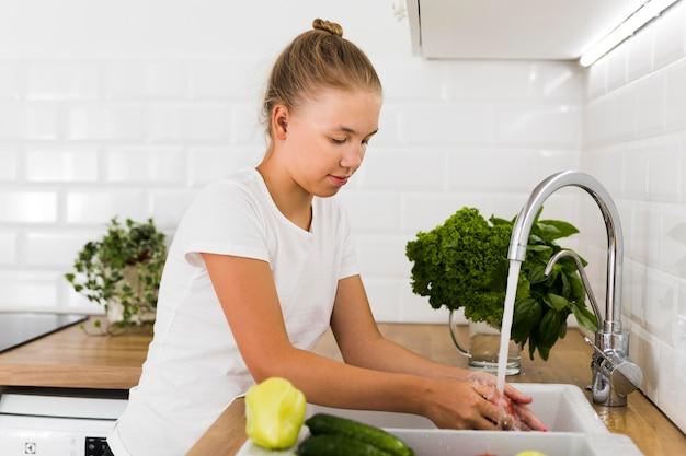Вид спереди красивой девушки приготовления пищи Бесплатные Фотографии