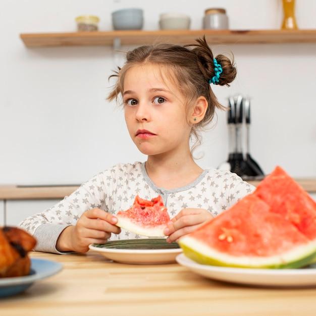 スイカを食べる美少女の正面図 無料写真