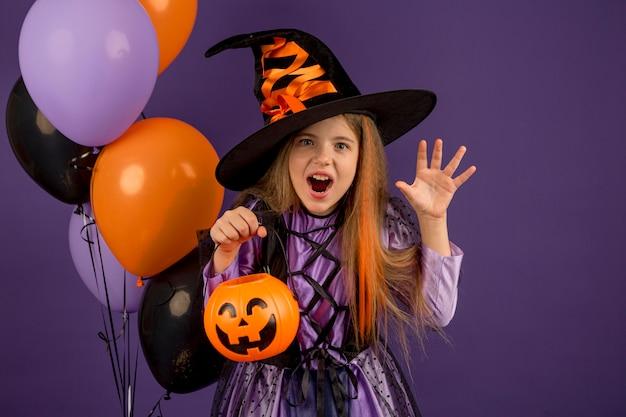 Вид спереди красивой девушки хэллоуин концепции Premium Фотографии
