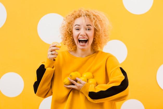 Вид спереди красивой девушки с лимоном Бесплатные Фотографии