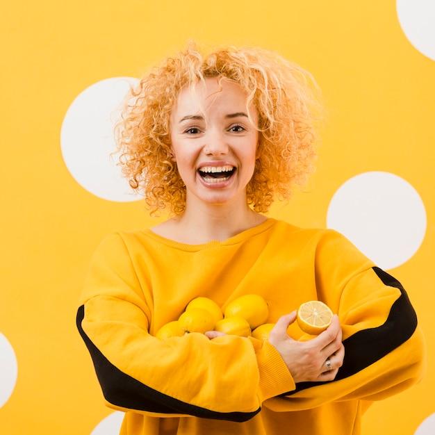 Вид спереди красивой девушки с лимонами Бесплатные Фотографии