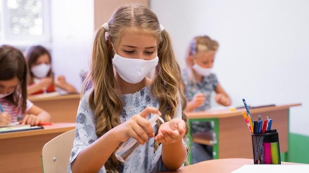 フェイスマスクを持つ美しい女の子の正面図 無料写真