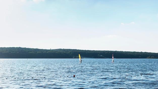 美しい湖の正面図 無料写真