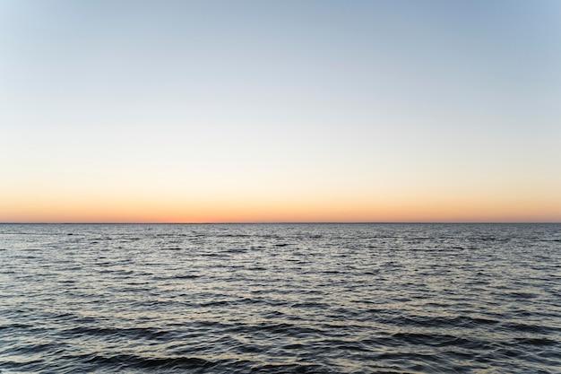 海に沈む美しい夕日の正面図 Premium写真
