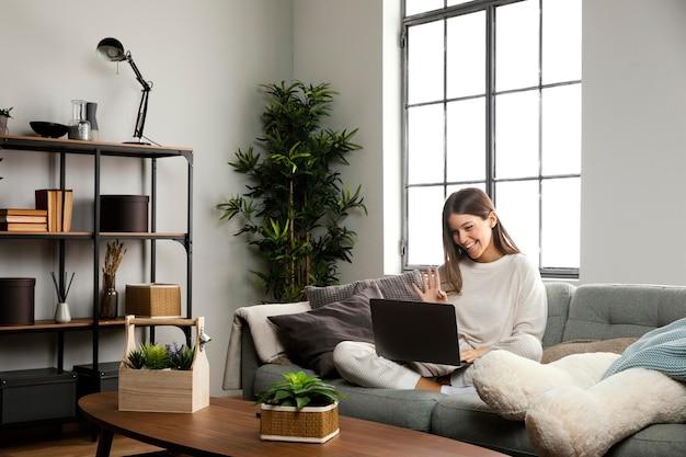 Вид спереди красивой женщины, занимающейся деятельностью в помещении Бесплатные Фотографии